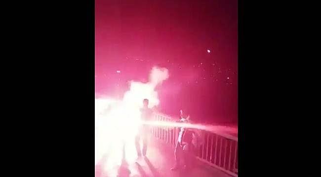 Beşiktaşlı taraftarlar köprüdeki Fenerbahçe bayrağını yaktılar
