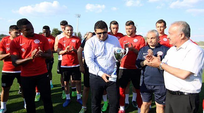 """Antalyaspor'a """"Gönüllerin şampiyonu kupası"""" verildi"""