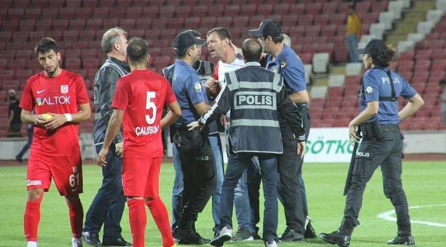 Balıkesirspor Baltok Ümraniyespor maçı hakemine seyirci saldırdı