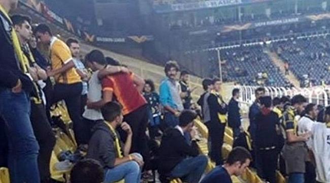 Fenerbahçe tribünlerinde Galatasaray formasıyla maç izledi