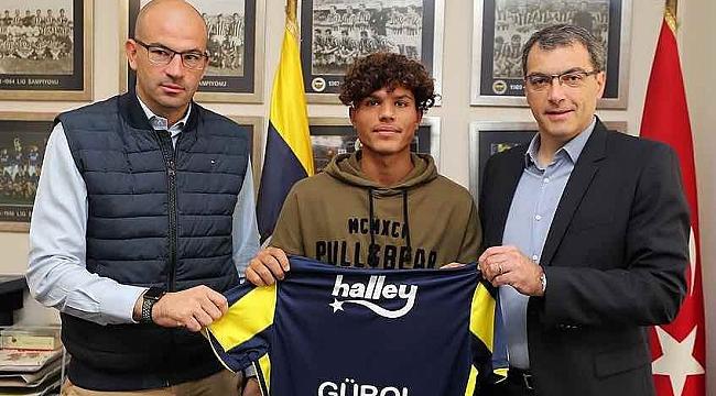 Fenerbahçe bir genç oyuncuya daha imza attırdı