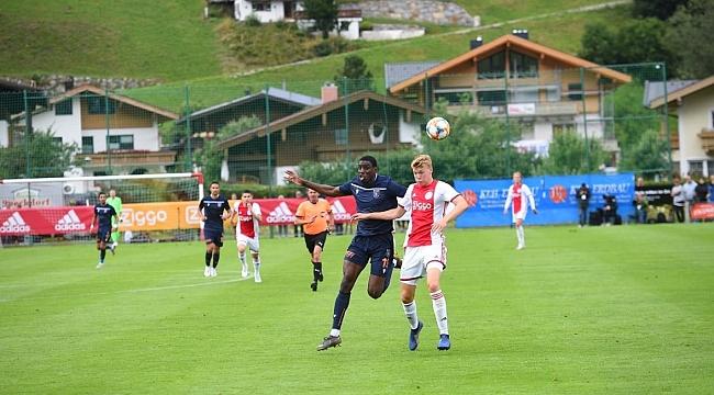 M.Başakşehir Ajax'a 2-1 mağlup oldu