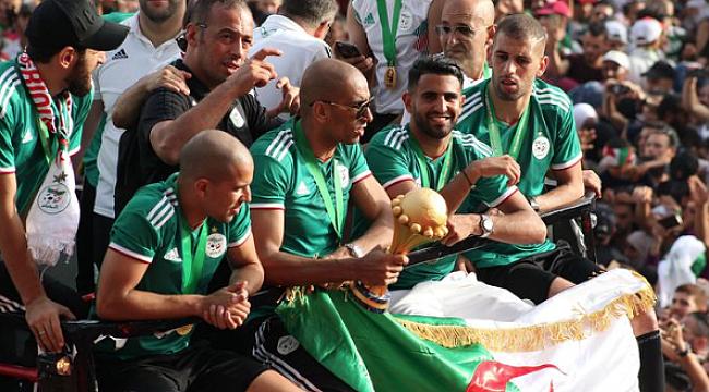 Slimani ve Feghouli'li Cezayir'e görkemli karşılama