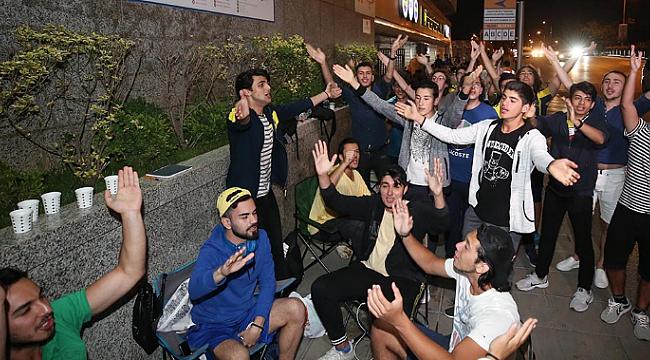 Üniversiteli Fenerbahçeliler gece kuyruğa girdi