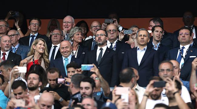 Bakanlar ve Başkanlar Protokol Tribünü'ndeydi