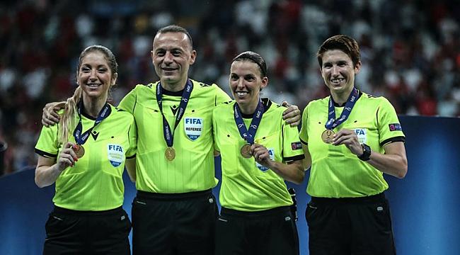 Futbolseverlerden kadın hakemlere destek