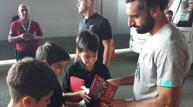Mohamed Salah çocuklara kitap imzaladı