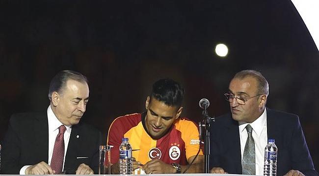 Galatasaray'dan yeni transferlere statta imza töreni