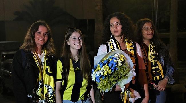 Fenerbahçe'ye çiçekli ve meşaleli karşılama