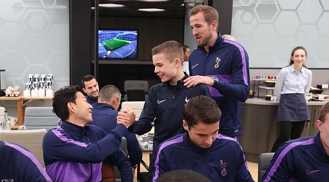Top toplayıcı çocuğa Mourinho'dan jest