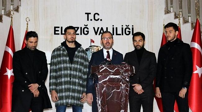 Bakan Kasapoğlu'ndan Trabzonspor-Fenerbahçe maçı öncesi dostluk mesajı