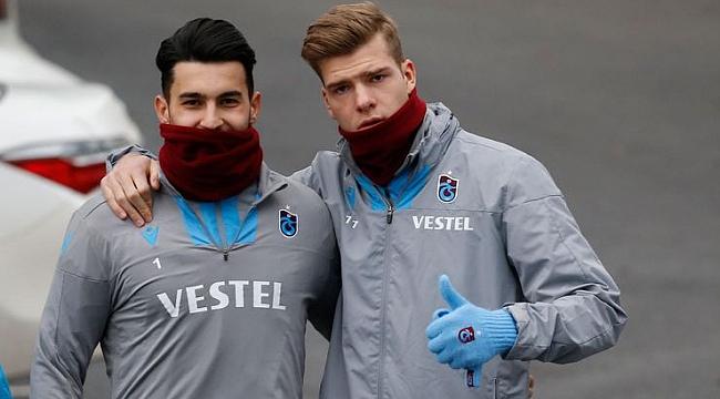 Trabzonspor'u taşıyorlar: Biri tutuyor biri atıyor
