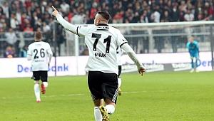 Burak Yılmaz 14 golcüye karşı tek başına