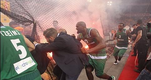 Olympiakos-Panathinaikos maçında büyük olaylar çıktı